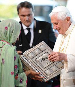 Antipapa Benedetto XVI ricevente il Corano da dei Maomettani