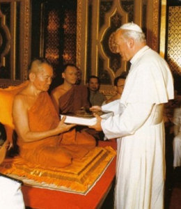 Antipapa Giovanni Paolo II in un tempio Buddista